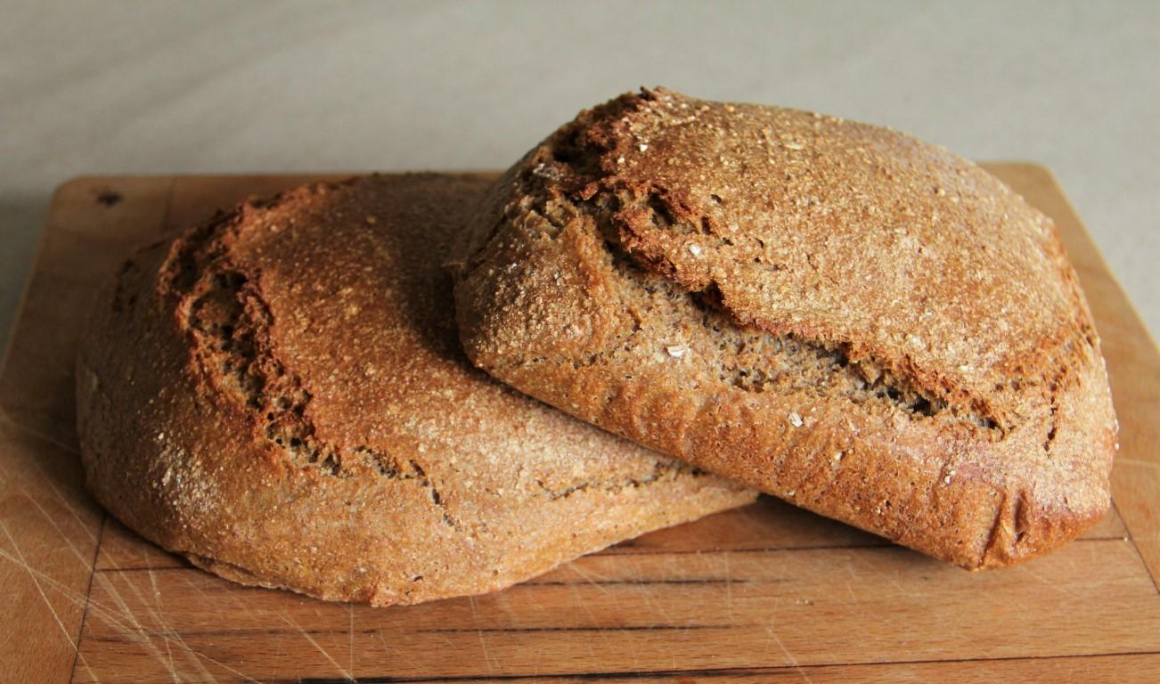 Surdegsbröd bakat på färskmalet fullkornsvetemjöl och skållad grovmald råg