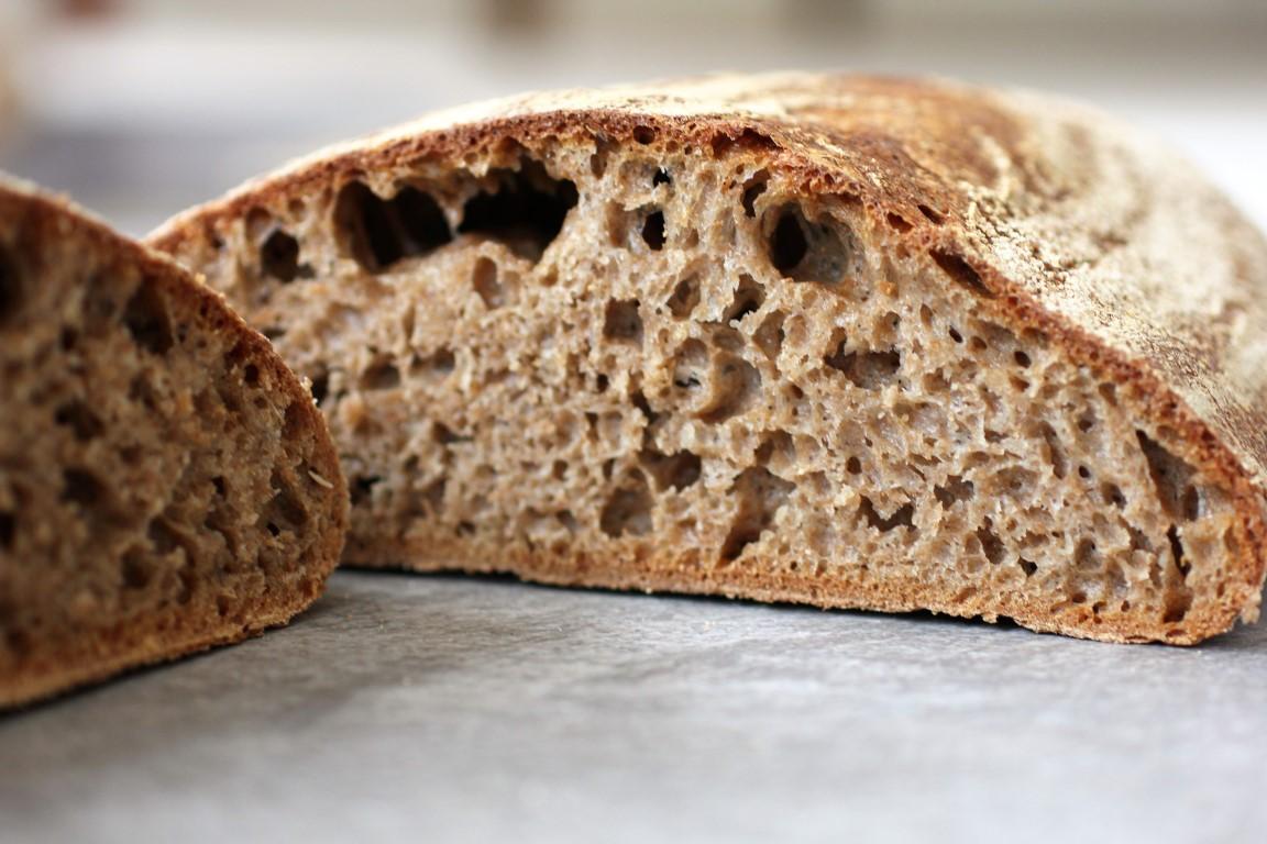 Surdegsbröd bakat på 100% färskmalet fullkorn av dinkel.